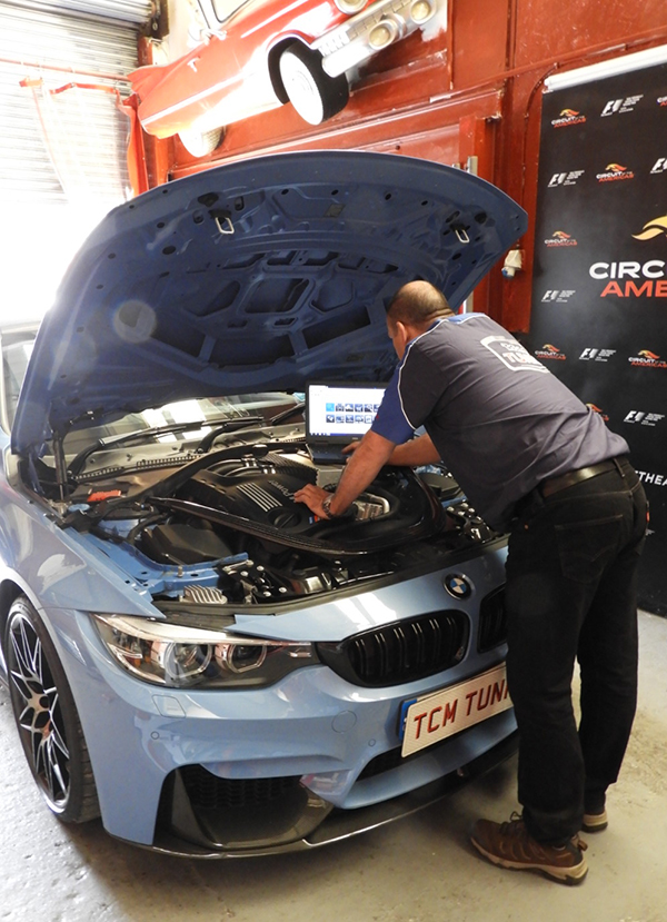 our car experts perform car diagnosis